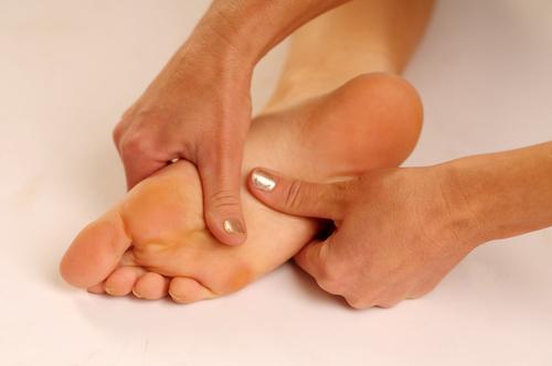 Болит под пятками ног в домашних условиях